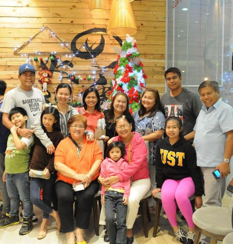 The couple with their kids, daughters-in-law, and grandchildren