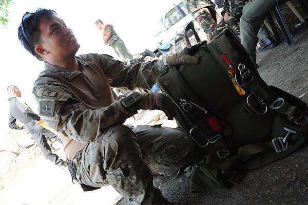 Major Nemenio explains the parts of the parachute